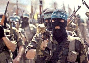 A guerra assimétrica favorece a difusão do caos no Oriente Médio; acima, militantes do Hamas nos funerais de Arafat