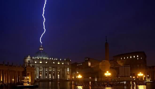 Raio atinge a cúpula da Basílica de São Pedro poucas horas depois da abdicação de Bento XVI. Foto: Alessandro di Meo, AFP