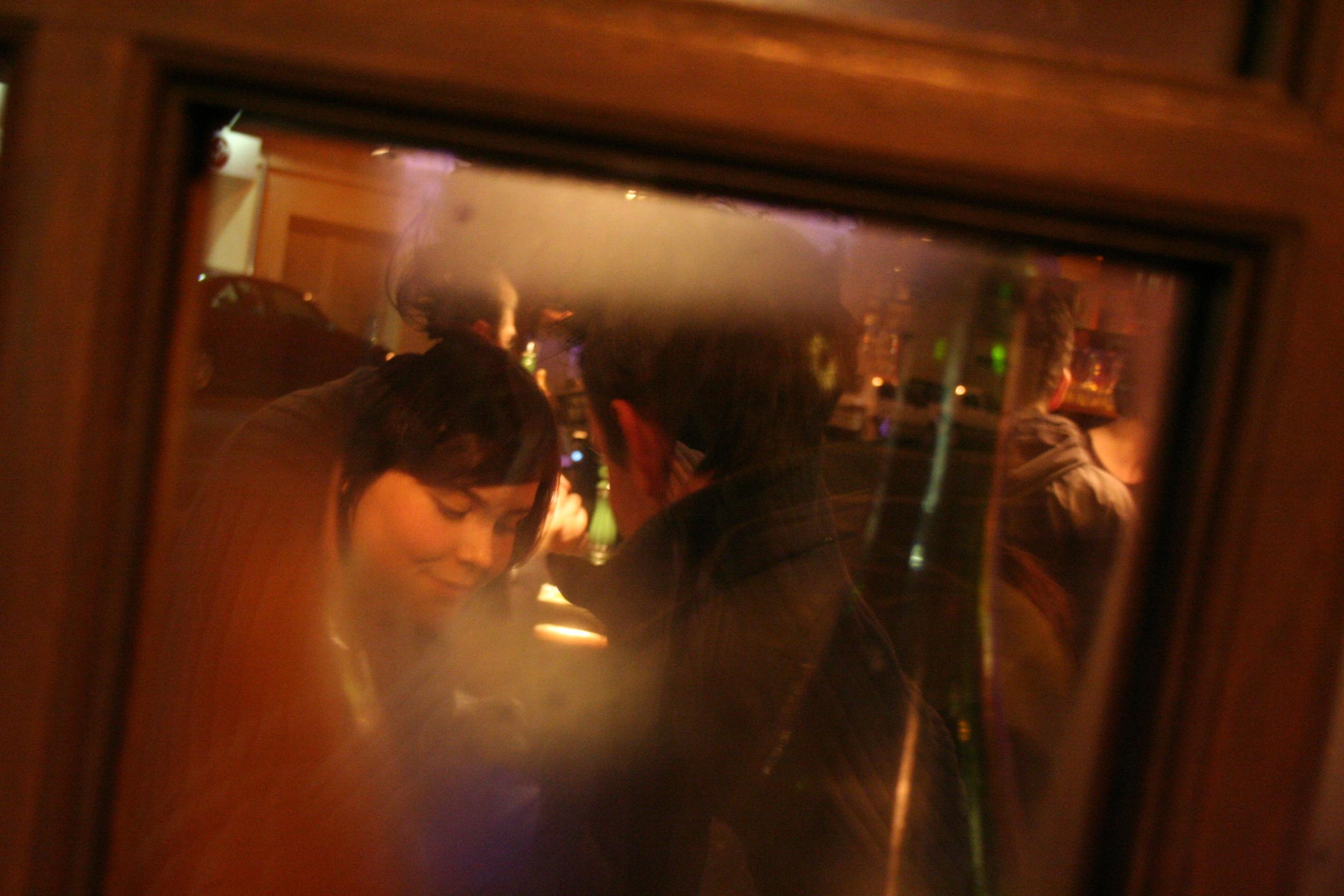 couple à travers une fenêtre embuée