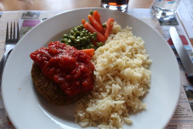 Groentenburger met rijst, wortels en erwtjes (Le petit requin)
