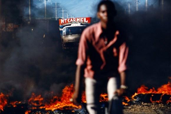 un cycliste roule devant une rue en feu