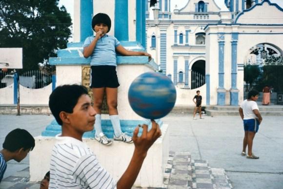 des garçons jouent avec un ballon