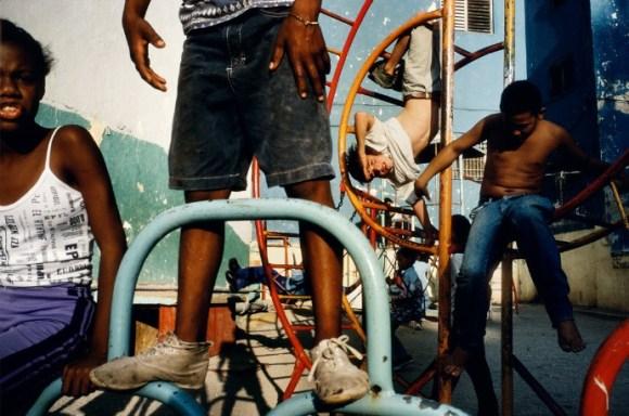 Des enfants jouent dans une aire de jeu