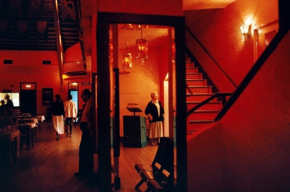 Une vieille dame est debout à l'entrée d'une salle de danse