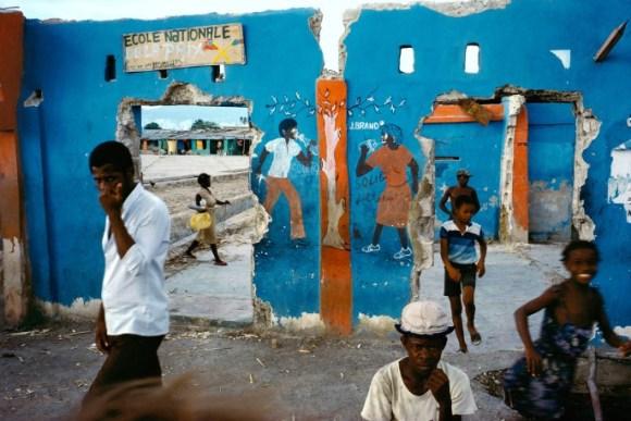 Des enfants courent dans une école détruite