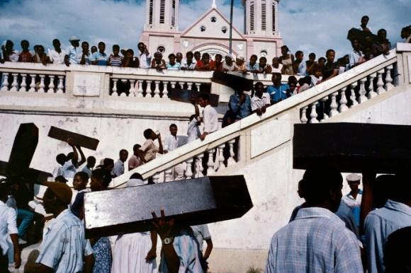 Des hommes qui transportent des cercueils