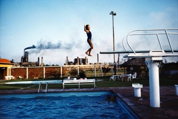 Une enfant qui saute d'un plongeoir à la piscine