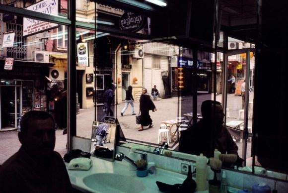 Un homme est assis dans un salon de coiffure