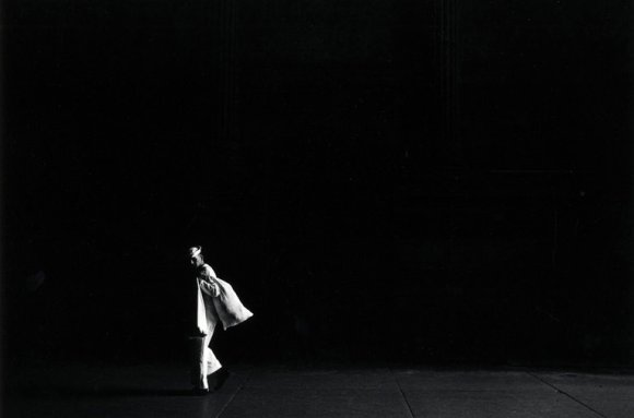 Un marin habillé en blanc marche dans l'obscurité