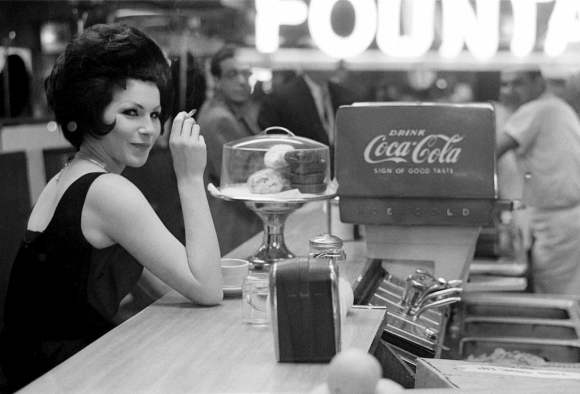 femme fume une cigarette