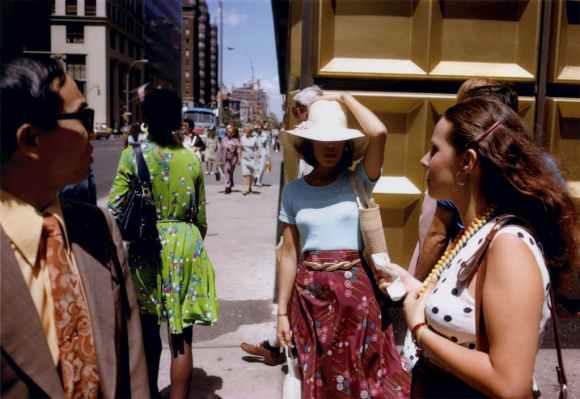 femme tient son chapeau au gold corner