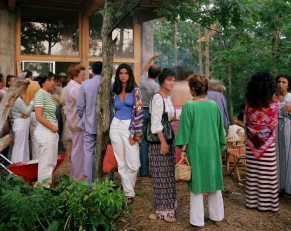 jeune femme au milieu d'une fête