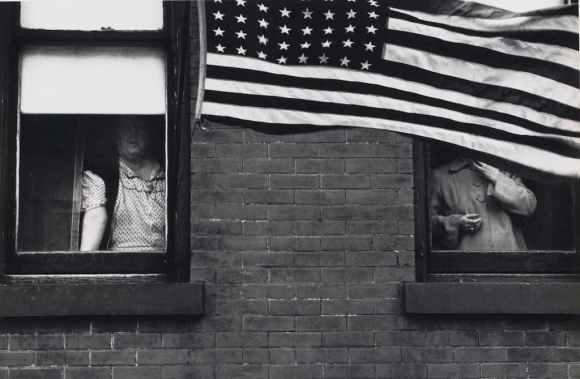 Robert Frank : drapeau américain à une parade