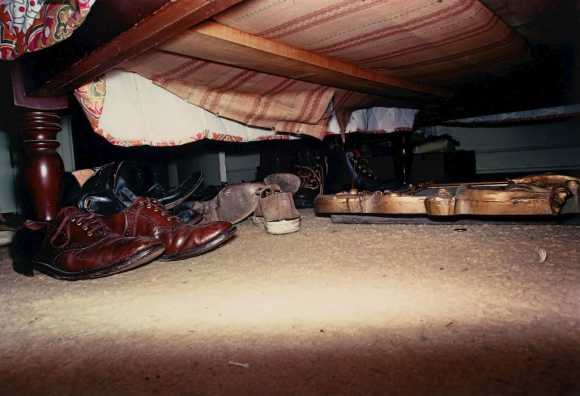 paires de chaussures sous un lit