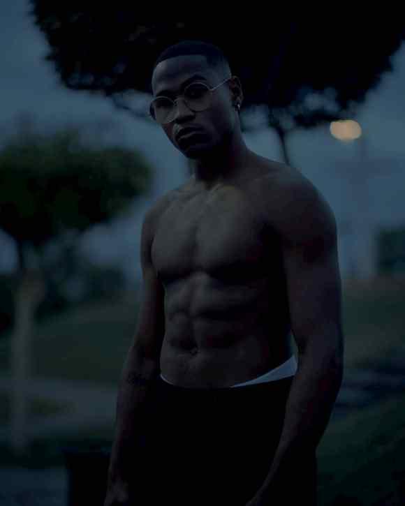 Jeune homme dans l'obscurité en Guadeloupe photographié par Gregory Halpern