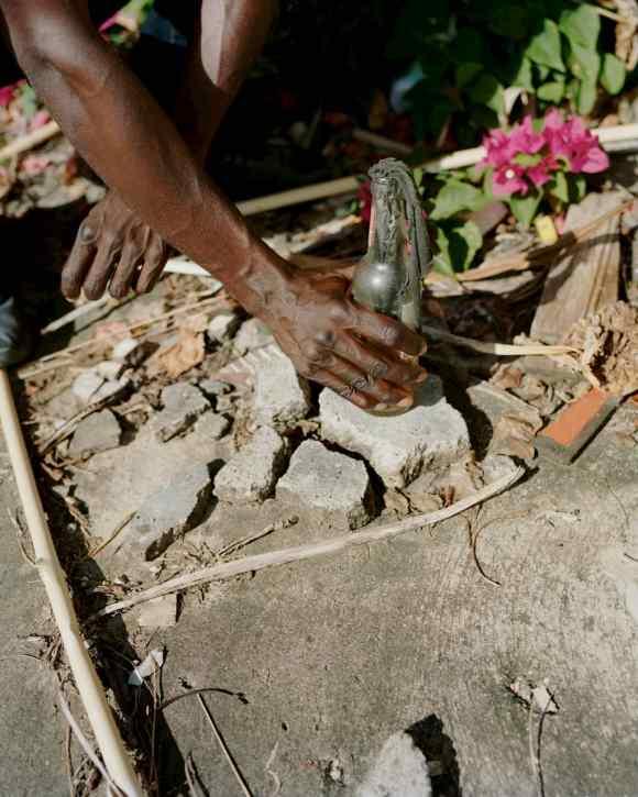 Une bouteille en verre en Guadeloupe photographiée par Gregory Halpern
