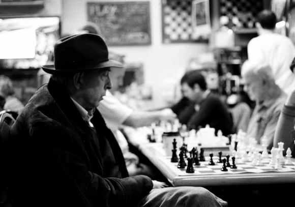 Photo de Khalik Allah : un homme joue aux échecs