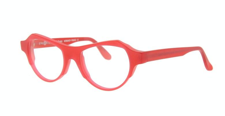 Des lunettes monture rouge au Point de Vue d'Alice Quimper