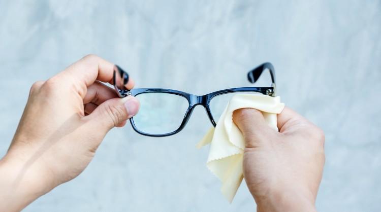 Entretenir, nettoyer et rincer ses lunettes en douceur