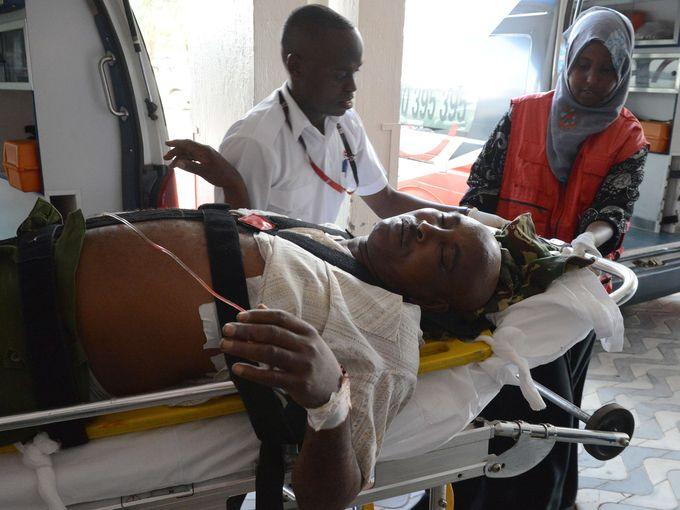 Une victime arrive à l'Hôpital Kenyatta à Nairobi. (Photo: Simon Maina, AFP / Getty Images)