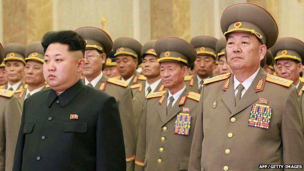M. Hyon (à droite, avec Kim Jong-un) avait été général depuis 2010