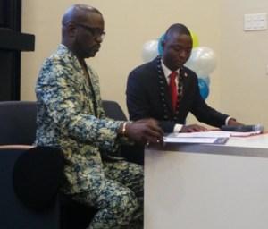 Meiway et le président de l'Ong signant l'acte de partenariat.