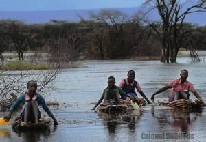Des-enfants-traversant-le-Lac-Baringo-au-Kenya-avec-des-pirogues-de-fortunes-faites-de-branches-rassemblées-pour-se-rendre-à-lécole (Ph.Dr).
