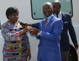 Raymonde Goudou Coffie, ministre de la Santé remettant symboliquement la clef d'une ambulance au Directeur régional de la santé de Yamoussoukro.