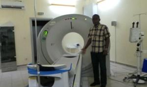 Le sous-directeur de la maintenance et de la gestion du patrimoine Konan Orthenci du Chu de Yopougon nous montre le scanner