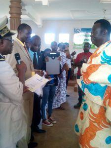 L'ex-maire Dapa recevant son diplôme d'Ambassadeur de la paix