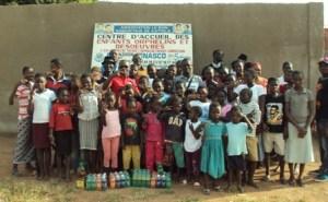 Photo de famille  avec le donateur (en rouge) et les enfants  du centre d'accueil (PH:DR)