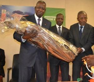 Le présent offert au ministre par ses collaborateurs.Ph.Dr