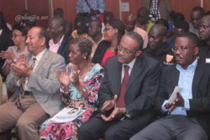 Une vue de quelques invités à la conférence de presse et des journalistes