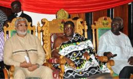 Le roi des Ashantee en copmpagnie de l'ex-président ghanéen Jerry Rawings. Ph. Dr