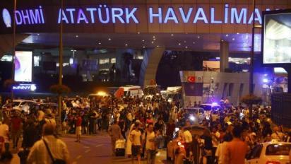 Des centaines de personnes quittent l'aéroport Atatürk d'Istanbul, après un attentat meurtrier, le 28 juin 2016. REUTERS/Osman Orsal