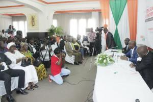 Une vue des invités et journalistes