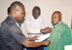 Désormais Docteur d'Etat, le confrère Francis Kouamé est habillé ici en toge.