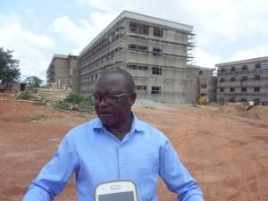 Derrière le directeur général du Crou-K, les cités universitaires en construction pour le bonheur des étudiants de Korhogo.