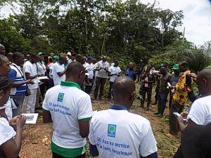 Les journalistes ont manifesté un intérêt à cette visite en forêt.