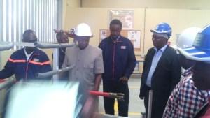 Le ministre Adama Toungara, visitant les installations de la Cie.