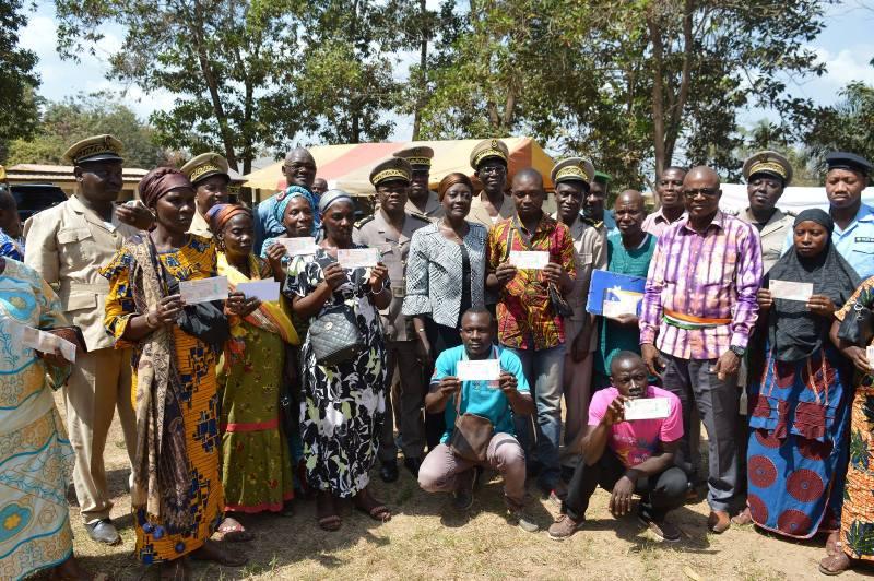 La ministre de la Solidarité, de la Cohésion sociale et de la Lutte contre la Pauvreté, Prof Mariatou Koné continue, progressivement l'indemnisation des ayants-droit. Ph.Dr