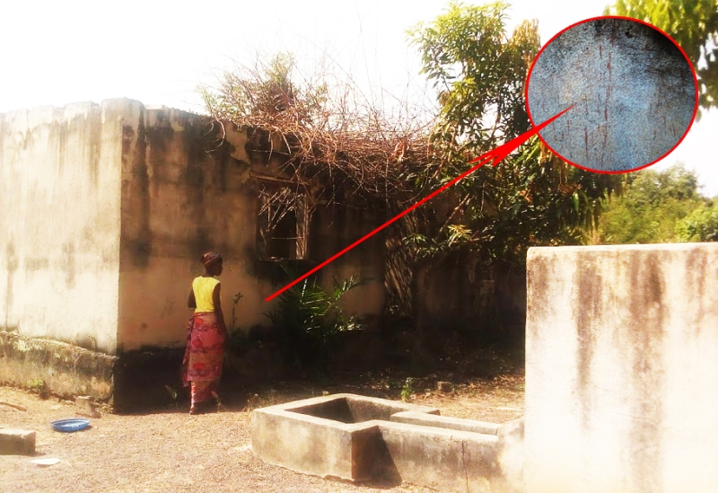 Malgré les intempéries, dix-sept ans après, des filets de sang sont encore visibles sur l'un des murs des bâtisses devenues crasseuses.