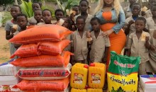 [Bénin] Eudoxie Yao fait un don considérable dans un orphelinat