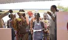 [Fête des mèresà Divo] Mme Solange Mabri offre une cantine scolaire, 2 000 complets de pagnes et un tricycle aux mamans
