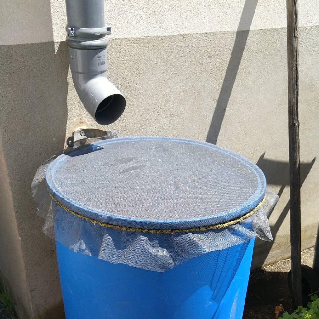 moustiquaire-eau-pluie-balcon-moustique