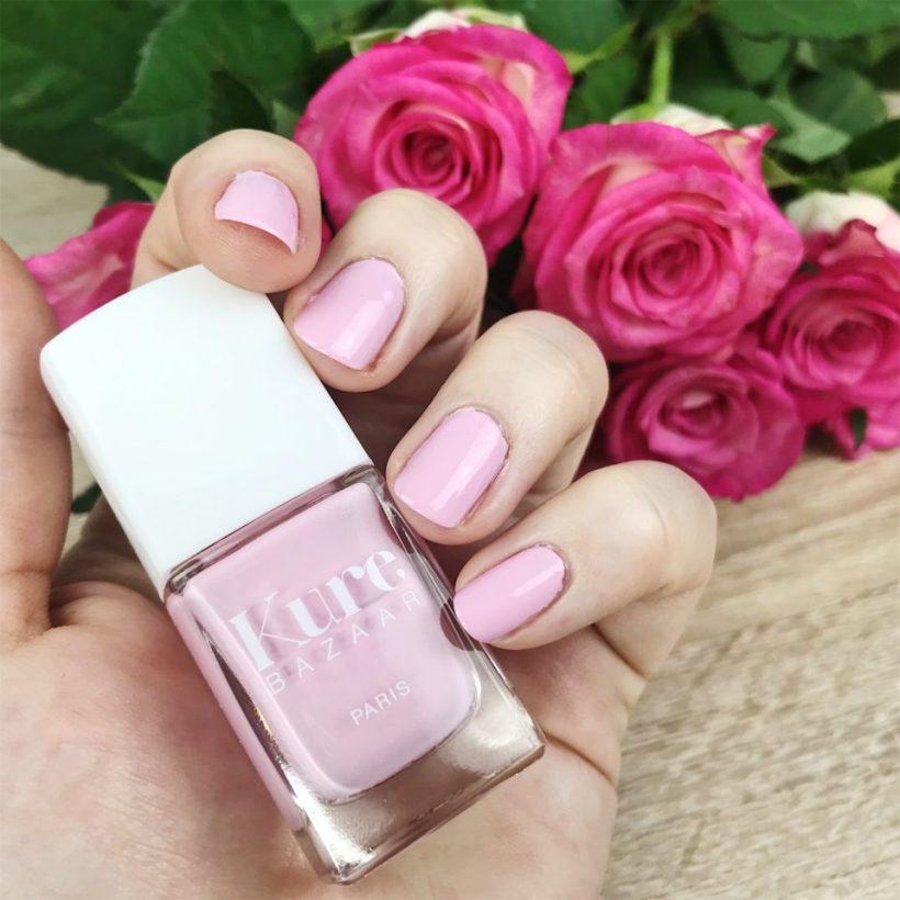Vernis à ongles rose Kure Bazaar.