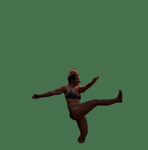 une personne la jambe en haut sur fond blanc