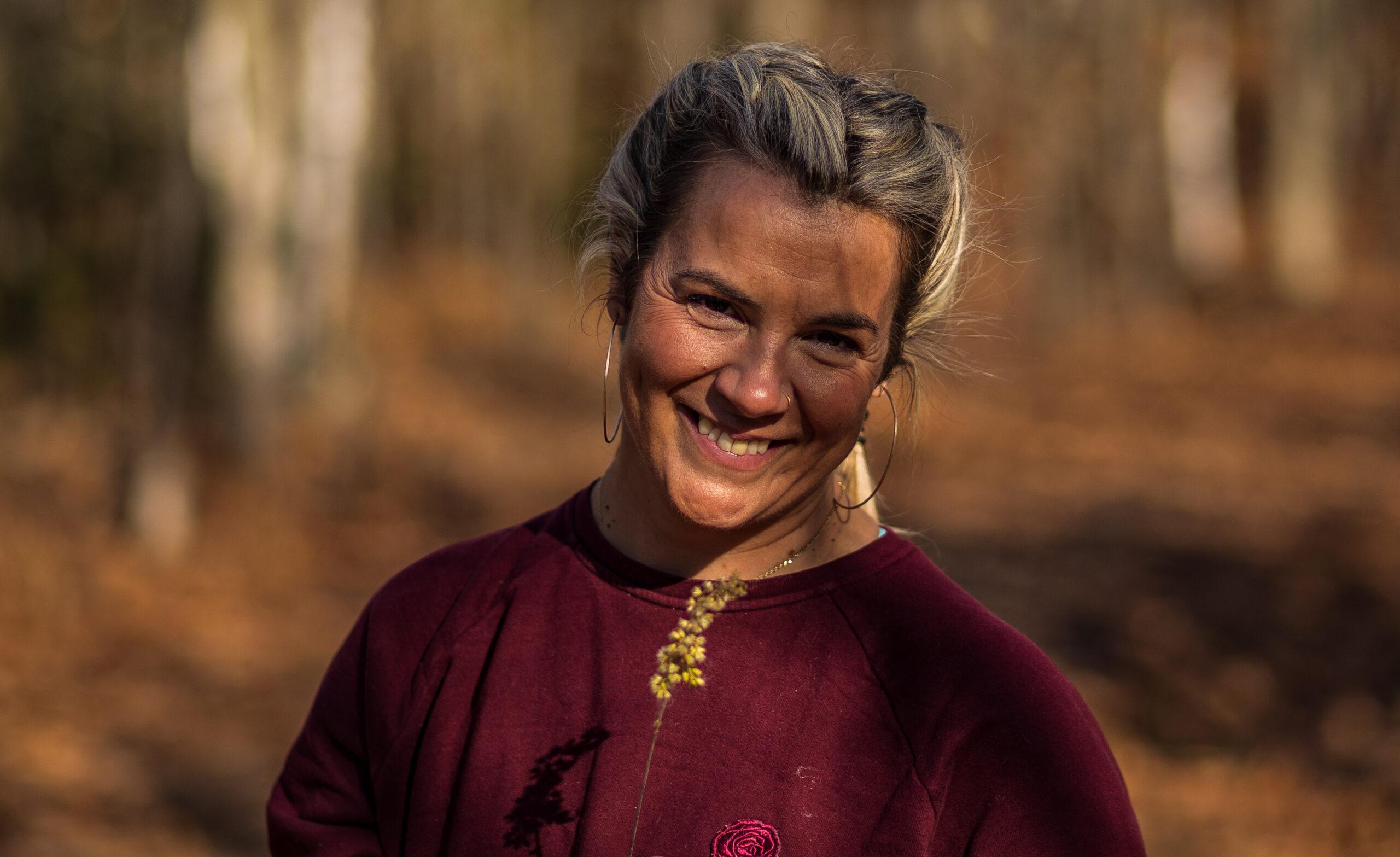 Photo du visage de Marie Eve Godin du repaire Yoga ébloui par le soleil