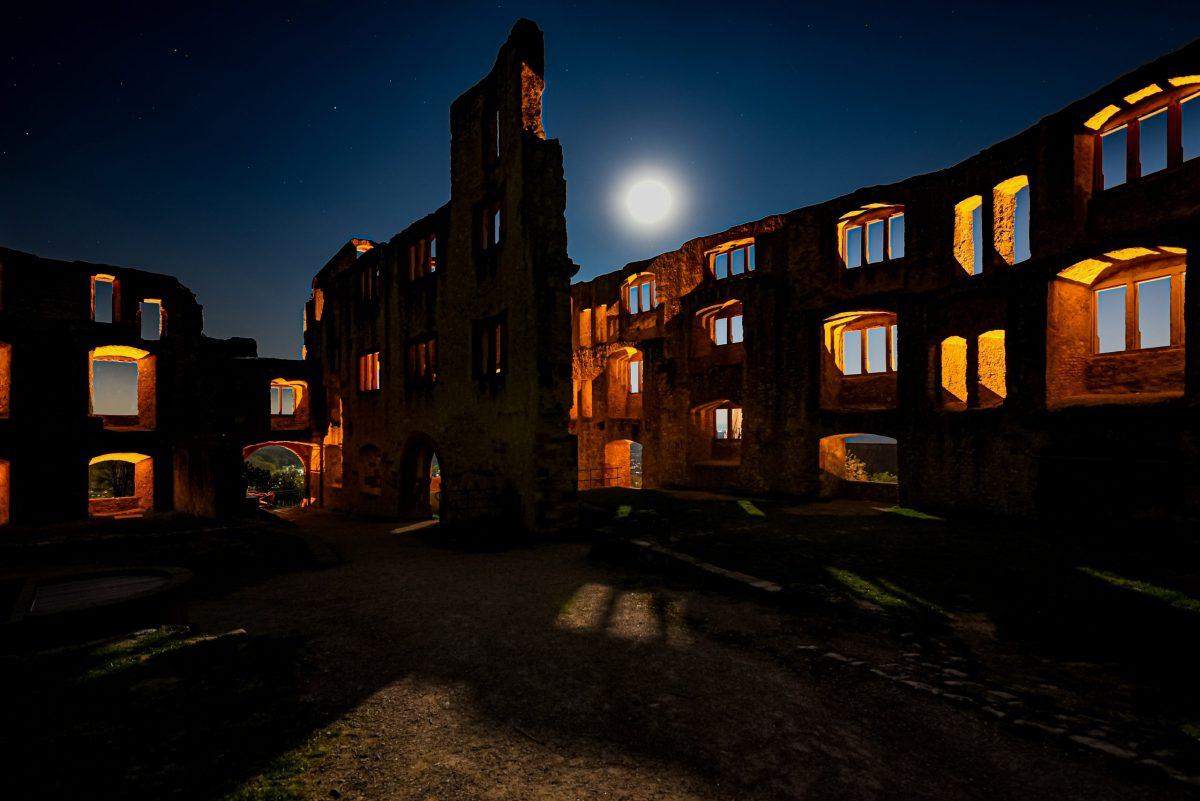 Der Supermond über Oppenheim ermöglicht diese Gegenlichtaufnahme der Burgruine Landskrone. (Foto: Andreas Lerg)