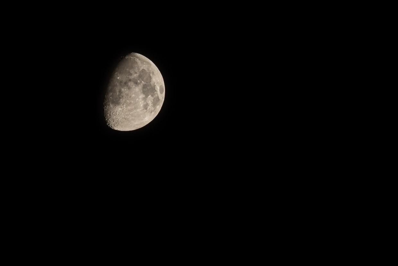 Mond im zweiten Viertel. (Foto: Andreas Lerg)
